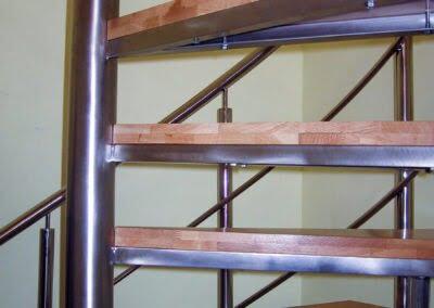 Scară în spirala cu stâlp din inox si trepte de lemn